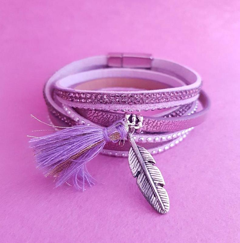 strasszköves, fém tollal díszített, lila karkötő