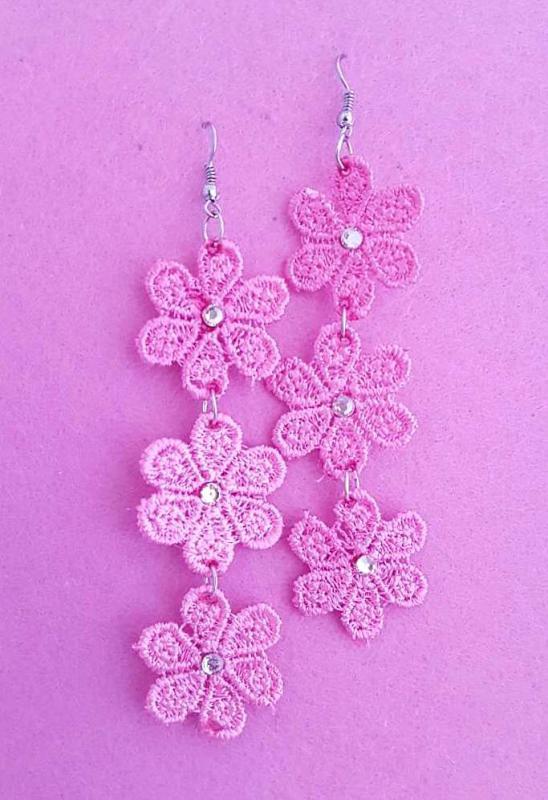 virág formájú, csipke fülbevaló strasszkővel