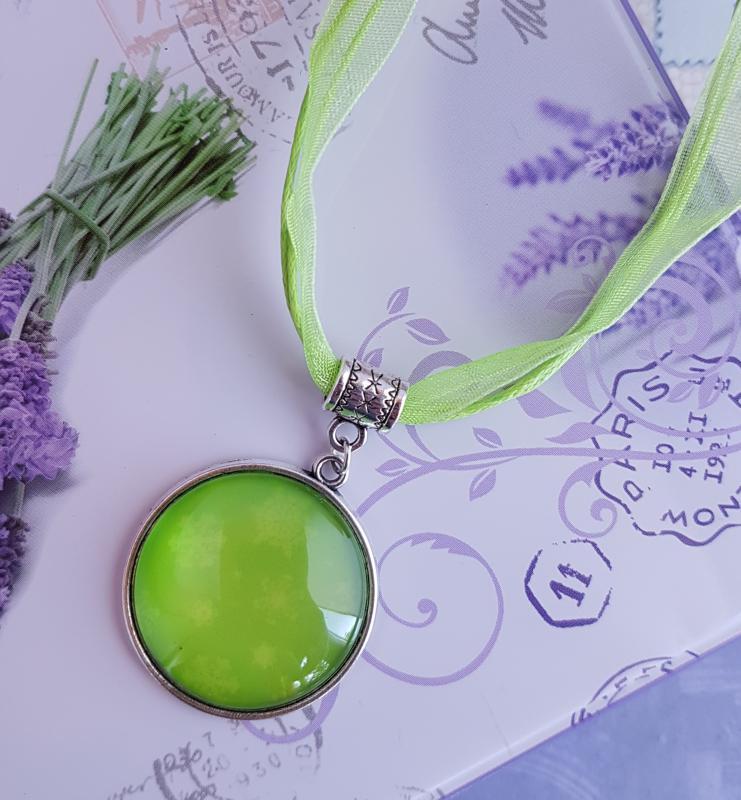 zöld organza nyaklánc 25mm-es medállal