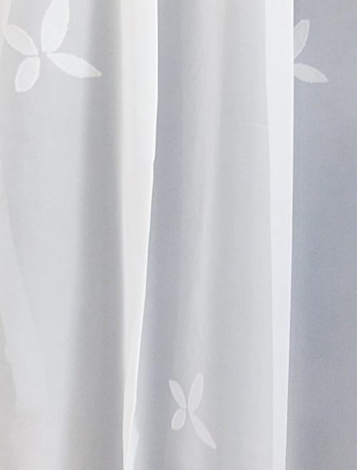 Fehér batiszt kész függöny nyírt szürke mintával Elvira