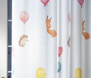 Fehér voila gyerekmintás vitrage függöny Lufi és Állatkák 90x130cm