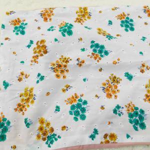 Batiszt hímzett virágos párnahuzat