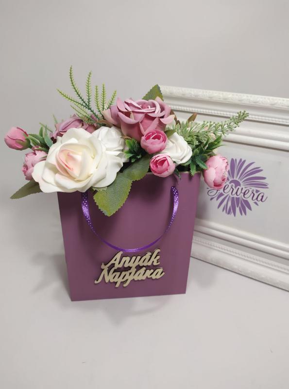 Anyák napjára, virágok fa táskában, lila rózsa