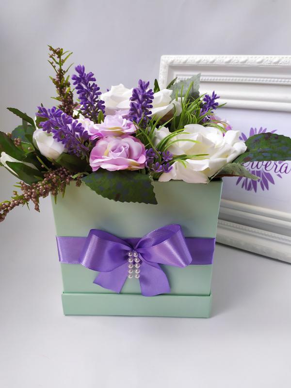 Szögletes virágbox, rózsa és levendula
