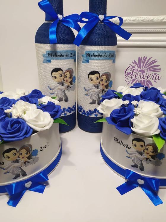 Szülőköszöntő boros üveg virágboxszal, kék