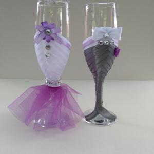 pezsgőspohár esküvőre, lila virágos