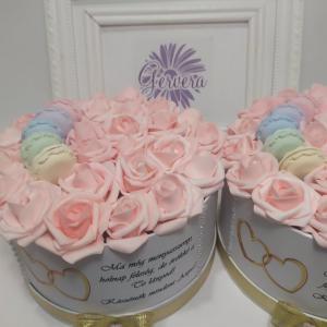 Szülőköszöntő virágbox Édesanyáknak, macaronnal