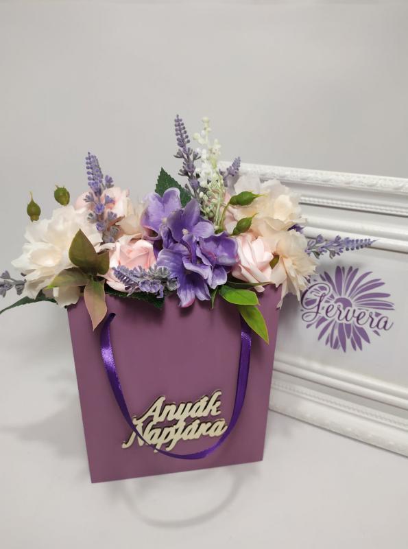 """Virágok fa táskában, """"Anyák napjára"""", vegyes virággal"""