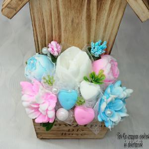 Kék és pink, dove illatú szappan csokor, akasztós fali fa házikóban