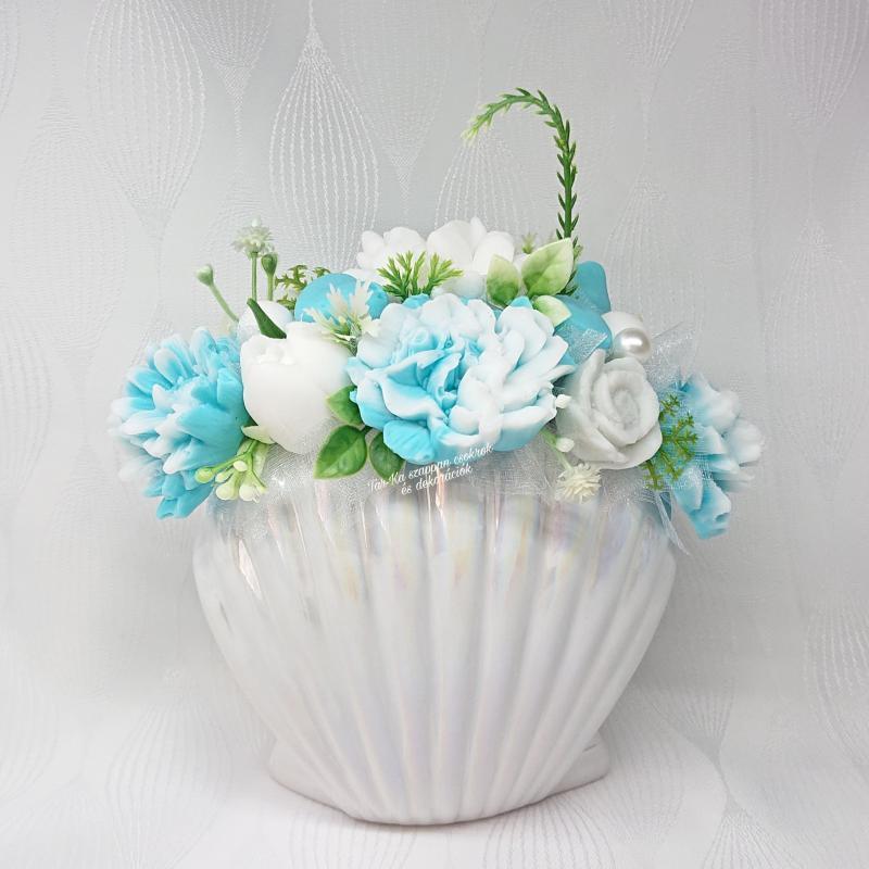 Türkizkék - fehér szappanvirág csokor kagyló formájú kaspóban