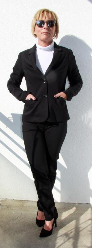 Bőr paszpólos díszítéssel fekete karcsúsított blézer