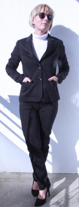 Bőr paszpólos díszítéssel, fekete nadrág kosztüm
