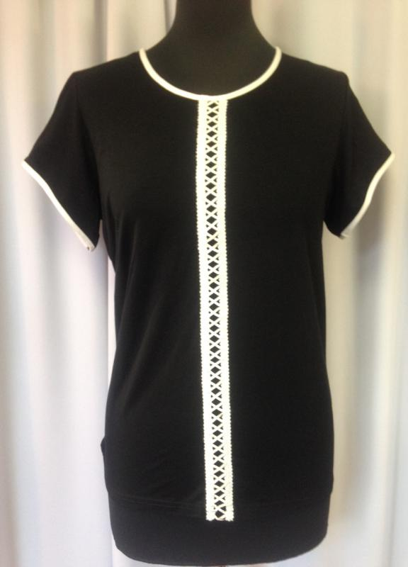 Egyszínű fekete póló, elején fehér díszítéssel