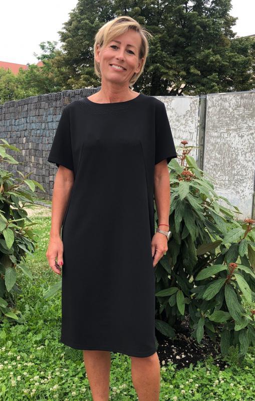 Elegáns fekete rövid ujjú ruha nyakán díszítéssel