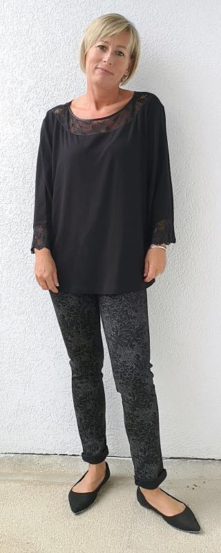 Fekete elasztikus nadrág szürke virágos díszítéssel