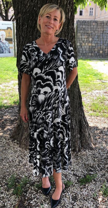 Fekete-fehér mintás pamut ruha nagyméretben