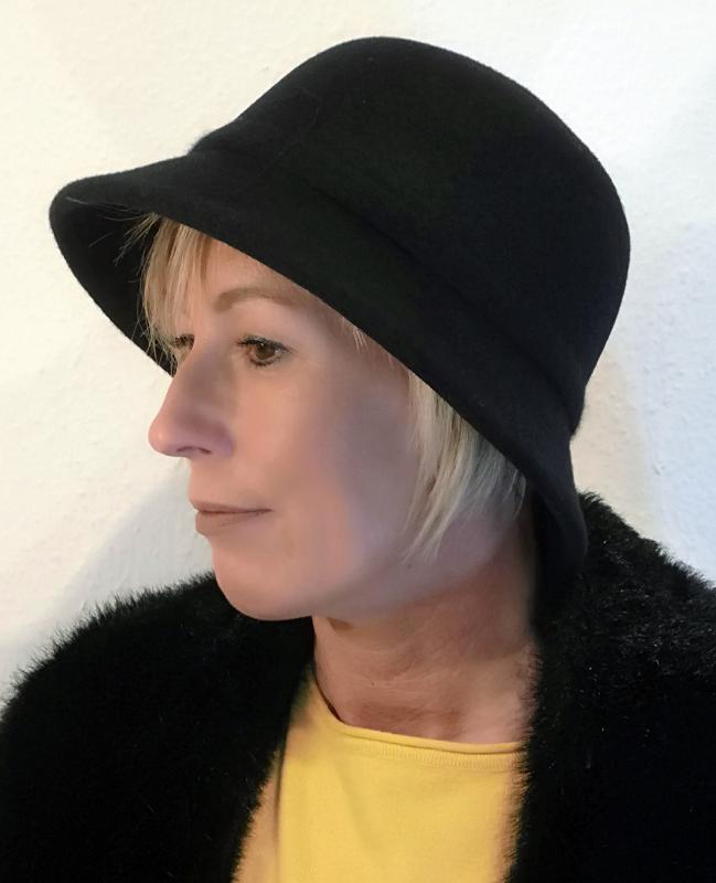 Fekete gyapjú kalap, kis karimával