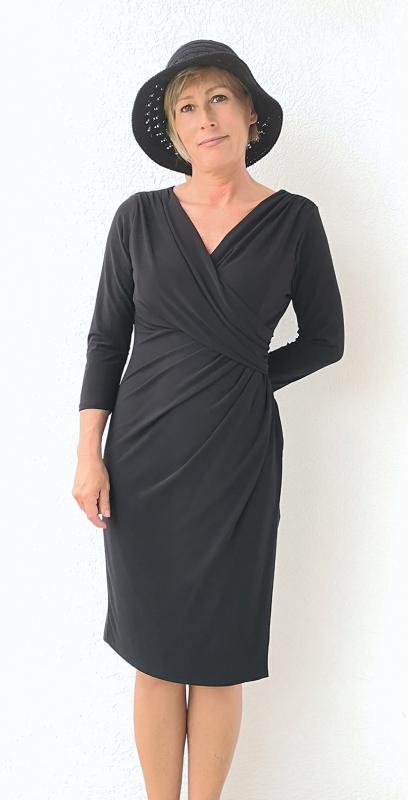 Fekete háromnegyedes ujjú alkalmi ruha, mely kihangsúlyozza a derekat