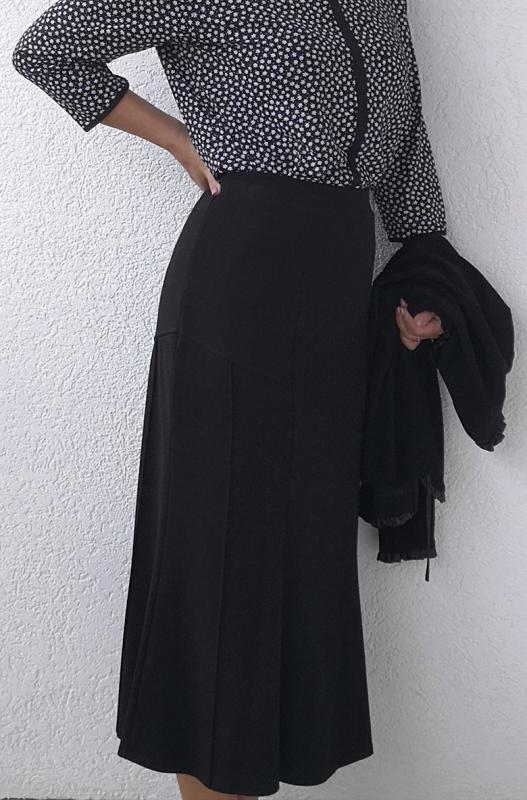 Fekete kifelé bővülő szoknya