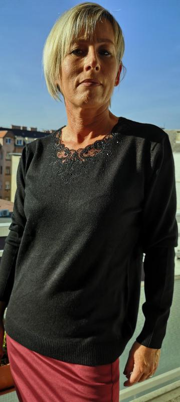Fekete, meleg pulóver fekete kis köves díszítéssel II.