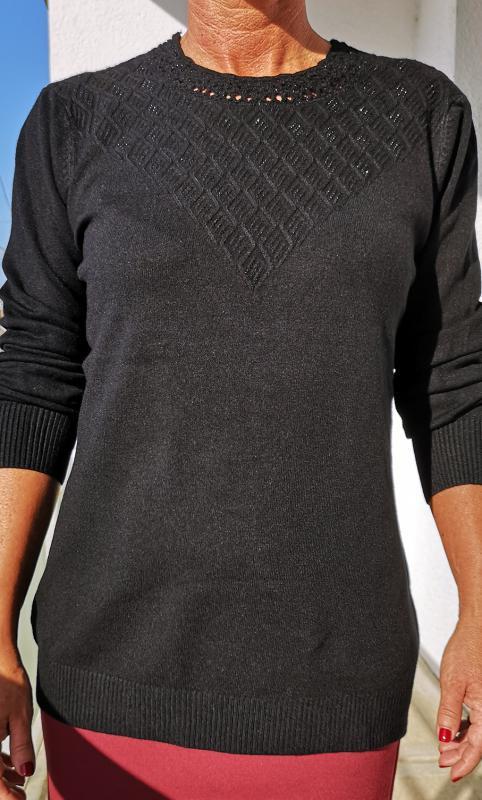 Fekete, meleg pulóver fekete kisköves díszítéssel