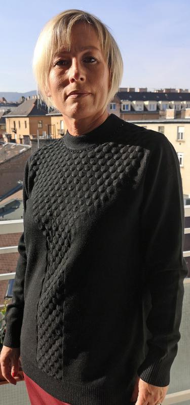 Fekete, meleg pulóver magas nyakkal fekete kis köves díszítéssel II.