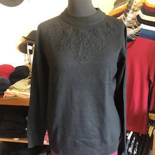 Fekete pulóver elején szép díszítéssel
