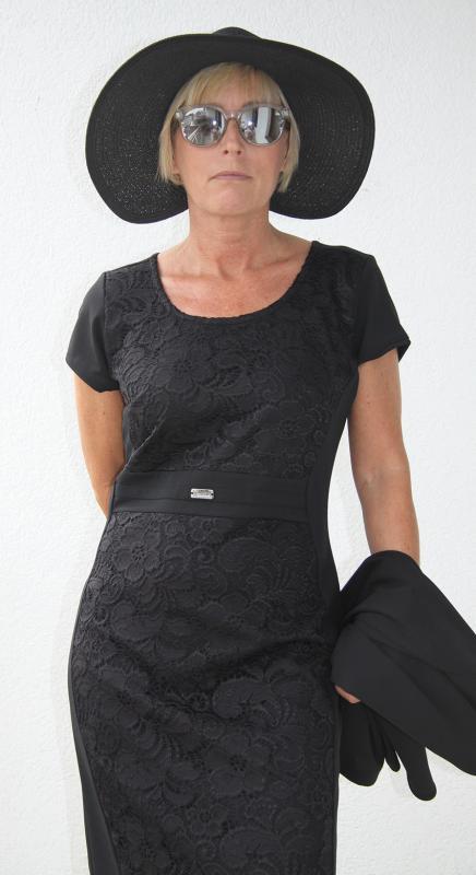 Fekete ruha elején csipkebetéttel, boleróval
