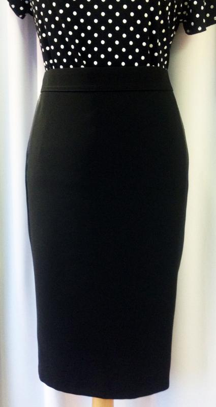Fekete selyemmel díszített szoknya
