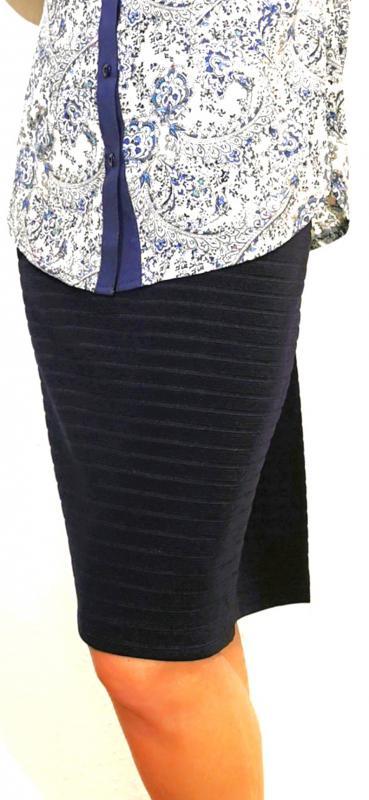Gumis derekú szoknya magában mintás kék vagy fekete színben