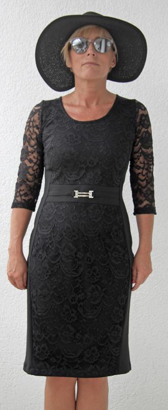 Háromnegyedes ujjú fekete csipke ruha