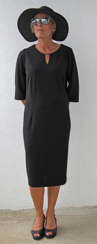 Háromnegyedes ujjú fekete nyári ruha egyszerű szabásvonallal