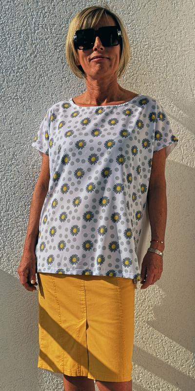 Kedves nyári póló fehér színben, margarétákkal