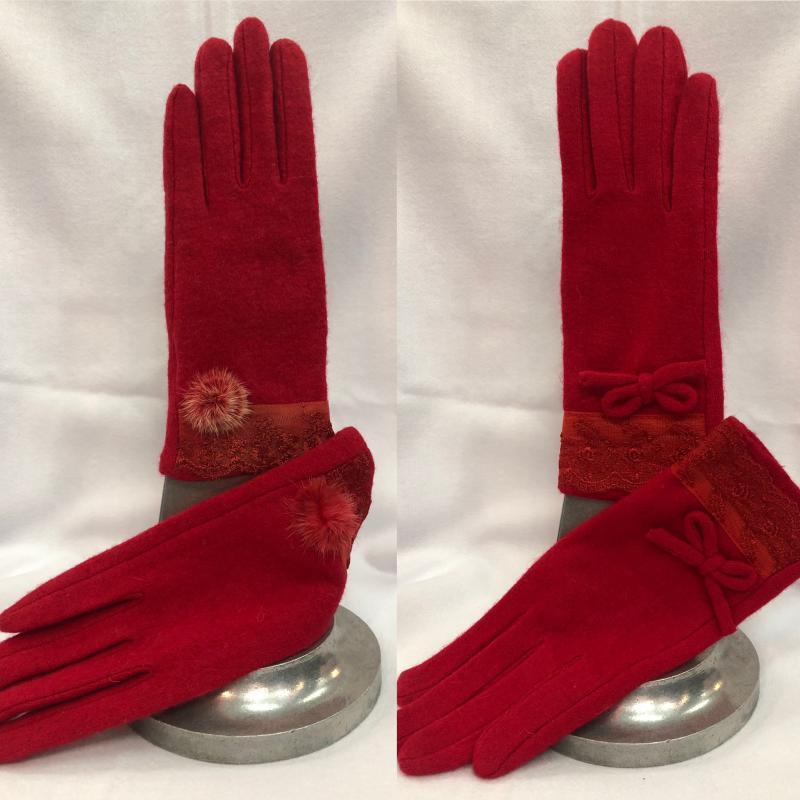 Piros téli gyapjú kesztyű kis díszítéssel