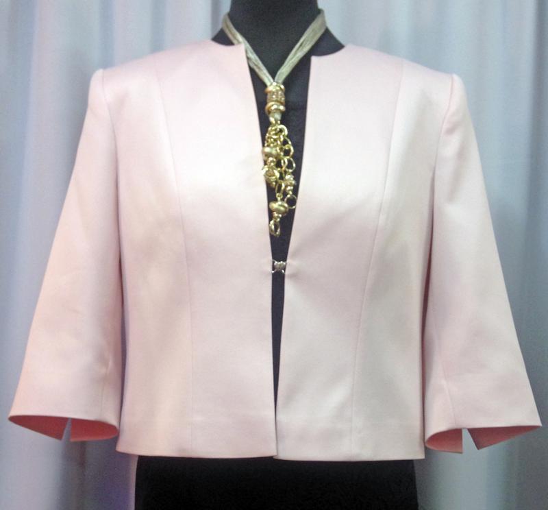 Rózsaszín blézer szív alakú csattal