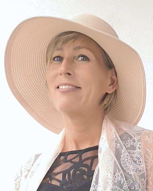 Rózsaszín nyári kalap hátul kis gomb díszítéssel