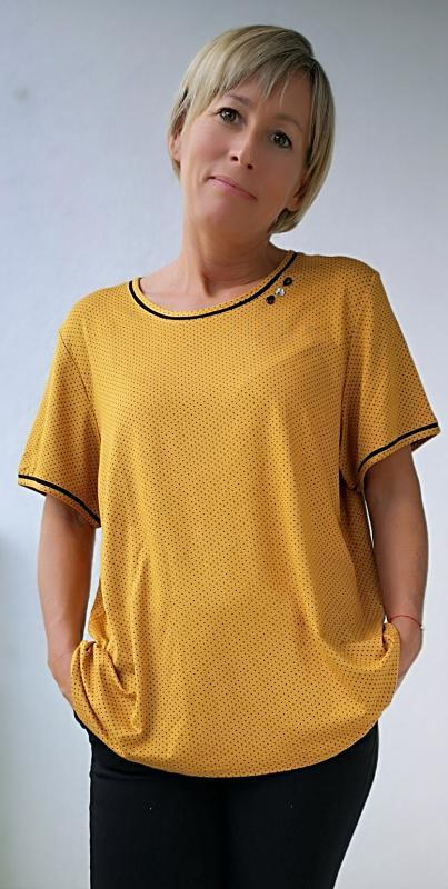 Sárga póló apró fekete pettyekkel