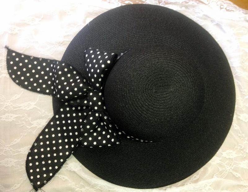 Széles karimájú fekete nyári kalap pettyes szalaggal