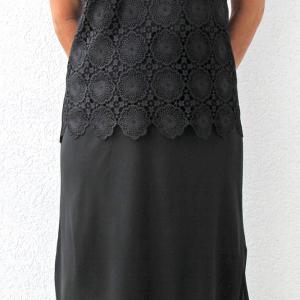 Gumis derekú fekete selyem zsorzsett szoknya alján fodor díszítéssel