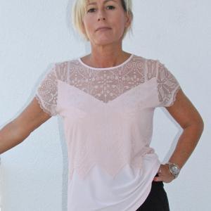Rózsaszín póló elején csipke betéttel