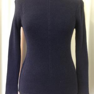 Sötétkék bordázott mintájú kötött pulóver
