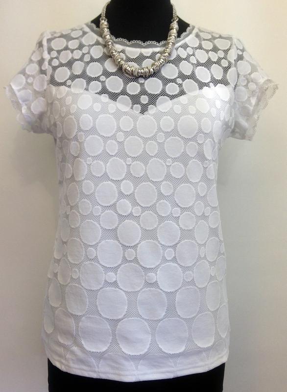 Tört fehér színű póló elején csipke betéttel