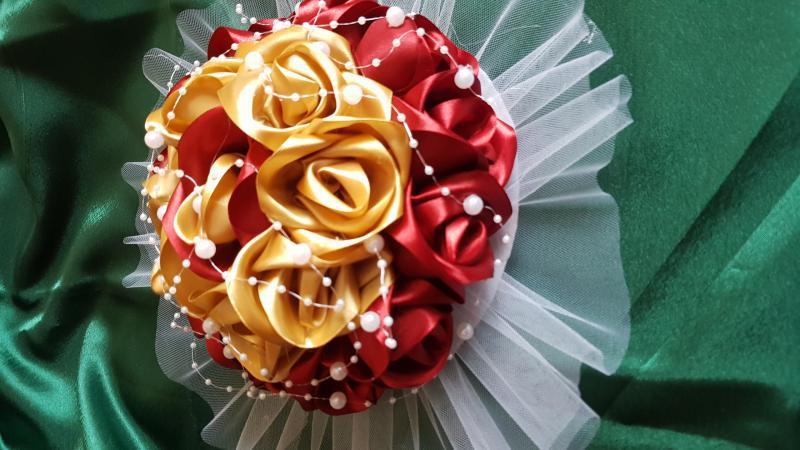 7d68657a6e Esküvői asztaldísz bordó és arany szatén rózsa