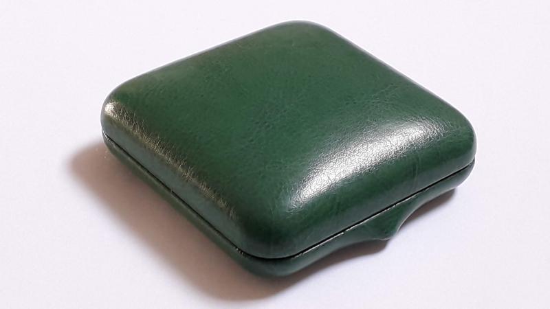 Bőr borítású 80*80*27mm éremdoboz, zöld