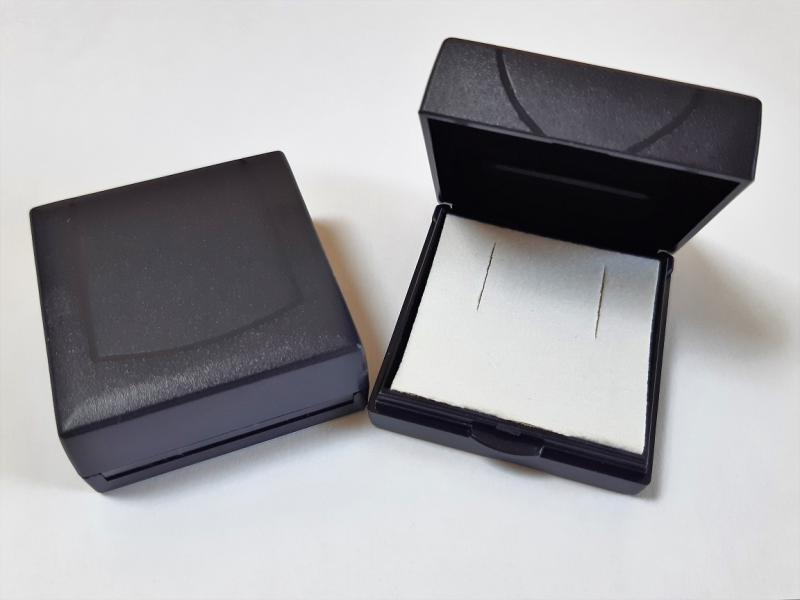 Nyitható tetős sötétkék jelvényes műanyag díszdoboz