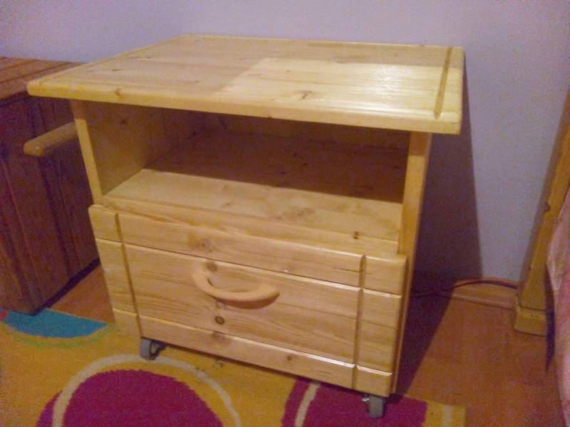 Éjjeliszekrény bútorgörgővel 51x42x48 cm