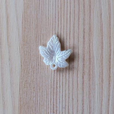 Akrilgyöngy, juharlevél. Mérete: 20x18 mm