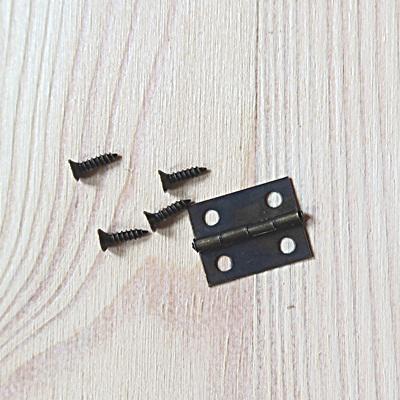 Bronz színű kicsi zsanér, 270 fokban nyílik, csavarokkal. Mérete: 18x13 mm