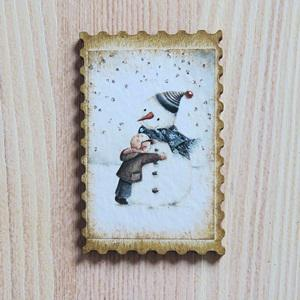 Fa hűtőmágnes – hóember kisfiúval. Mérete: 4,5x7 cm