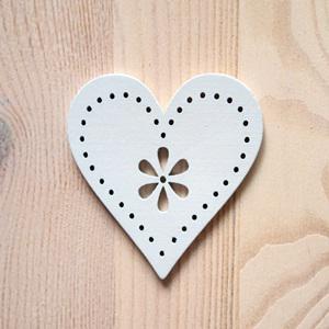 Fehér fa szívben virág, mérete: 3,5x3,6 cm